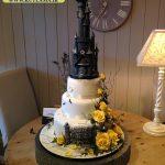 کیک عروسی با طرح قصر و گل های برجسته