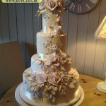 کیک چهارطبقه با گلهای برجسته زیبا